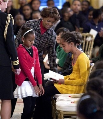 MALIA HAS HER AFRICAN BRAIDS!SHE JOINS SASHA AND GRANDMOTHER WITH THE SCHOOL CHILDREN
